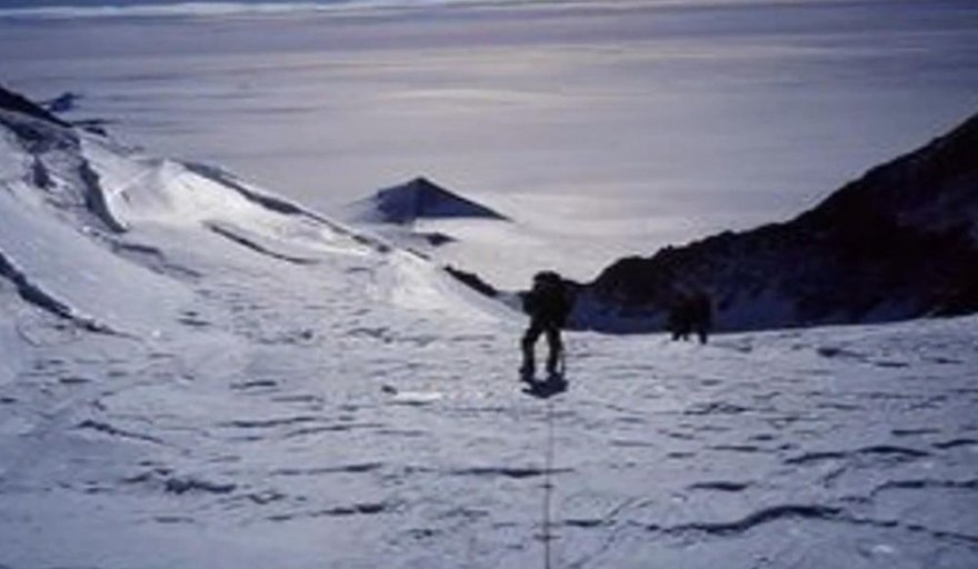 Antarktidos tyrinėtojų dėmesį patraukė trys piramidės formos struktūros.