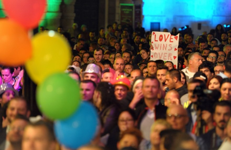 Tūkstantis žmonių sveikino Maltos parlamento sprendimą įteisinti vienalytčių porų civilines partnerystes ir įsivaikinimą