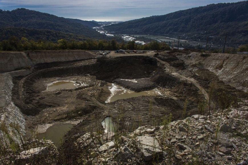 Netoli Sočio esančiame gamtos rezervate dėl žiemos olimpinio miesto statybų iškastas žvyro karjeras.