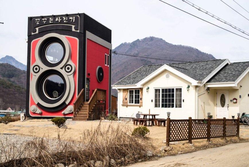 Korėjiečių šeima sukonstravo didžiulį fotoaparato modelį, kurį pavertė kavine.
