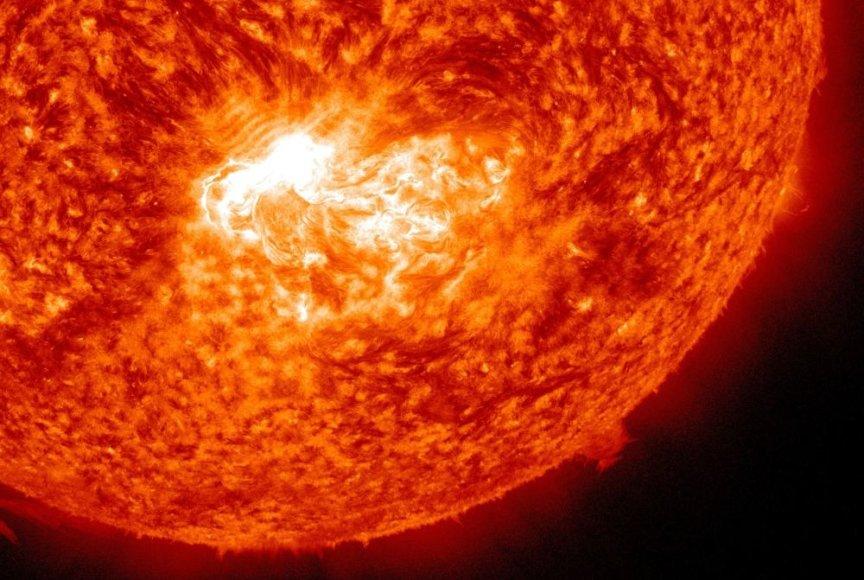 Liepos 12 dieną Saulėje užfiksuotas X 1,4 kategorijos žybsnis.