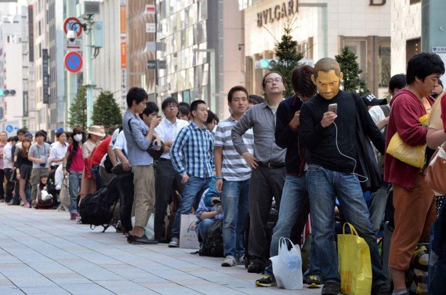 """Tokijuje klientai laukia kada galės įsigyti """"iPhone 5s"""" išmanujį telefoną."""