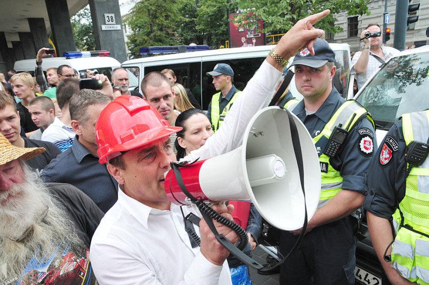Petras Gražulis bendrauja su policijos pareigūnais