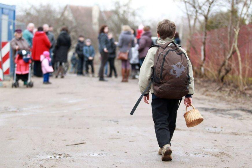 Valų kaimo vaikai į mokyklą pėsčiomis vaikšto 9 kilometrus