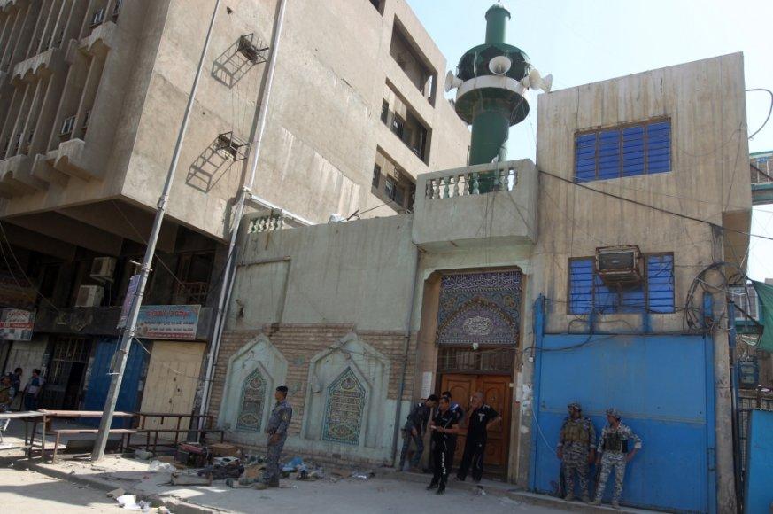 Bagdado centre susisprogdinus savižudžiui prie įėjimo į šiitų mečetę žuvo mažiausiai 13 žmonių