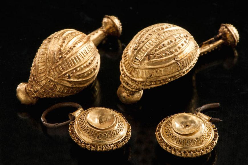 Vieną iš šių auksinių segių artojas išvertė iš mažos mergaitės kapo
