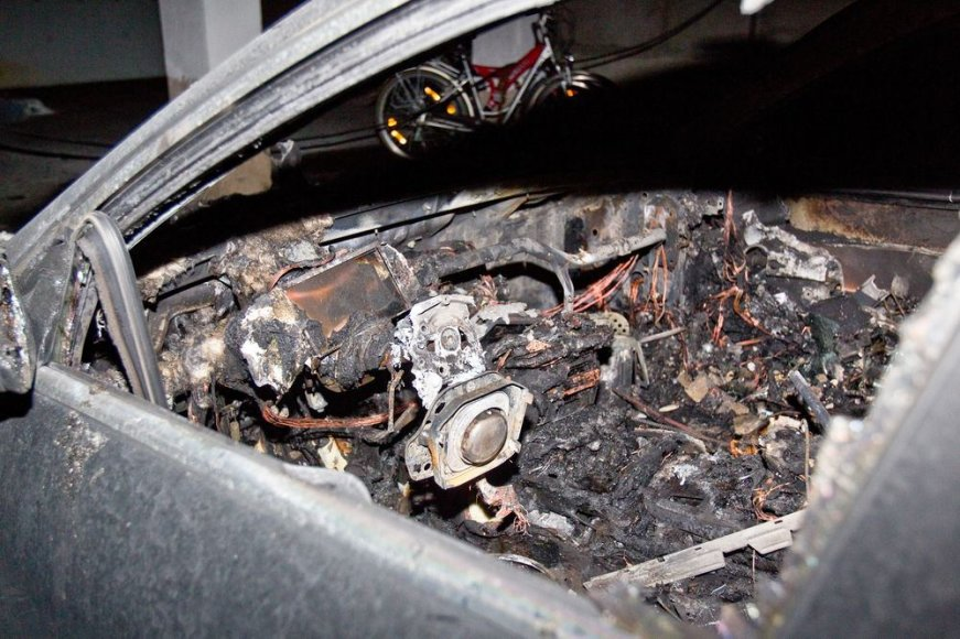 "Sudegintas automobilis ""Mercedes Benz S500"""