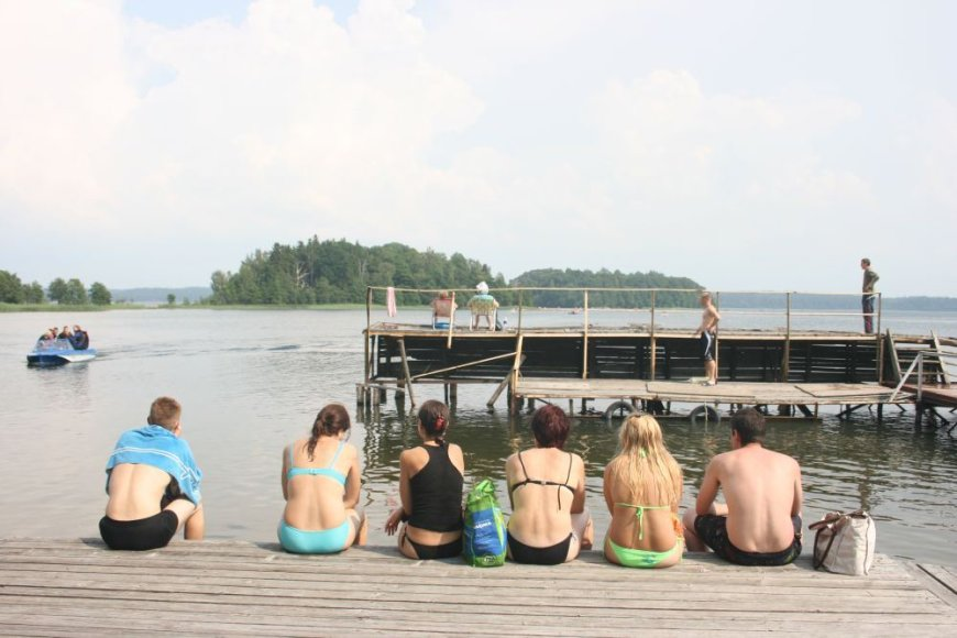 Vasarotojai traukė prie ežero