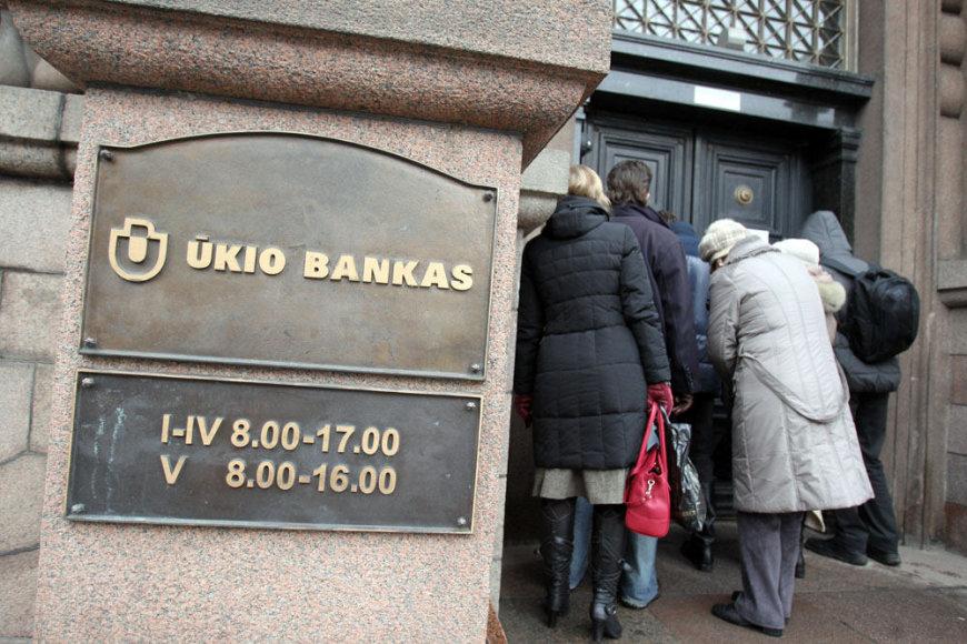 Klientai prie Ūkio banko Kaune