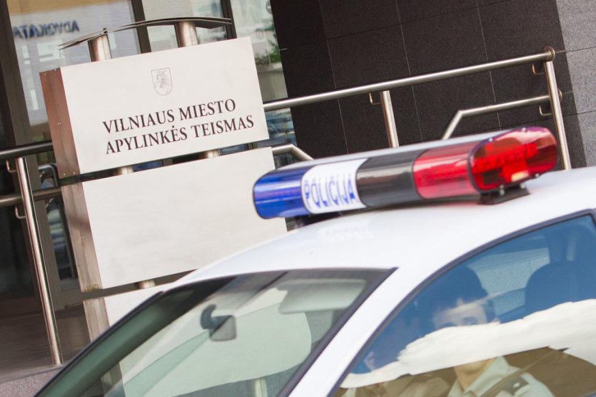 Policija prie teismo rūmų