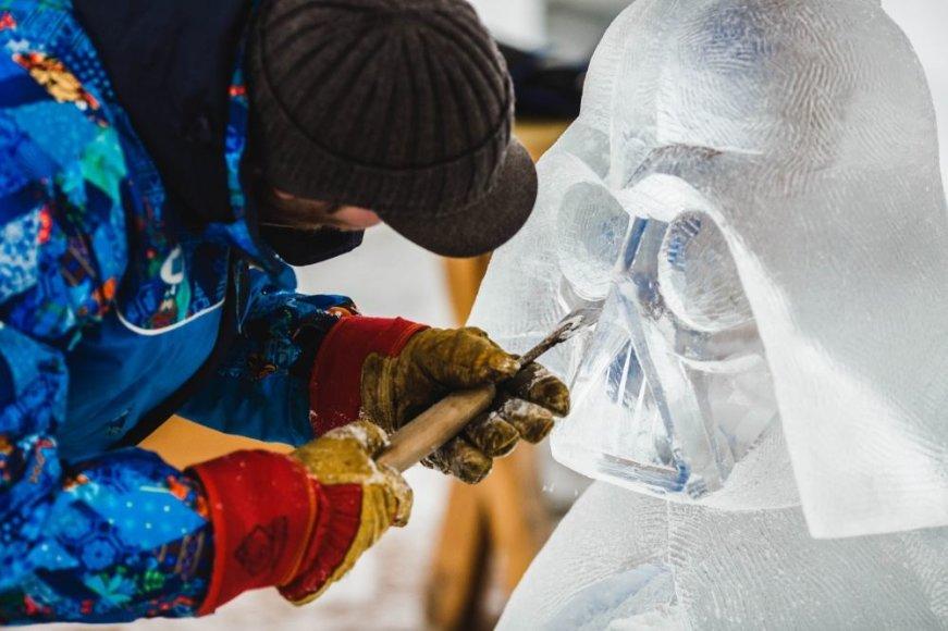 Menininkai ruošia ledo skulptūras