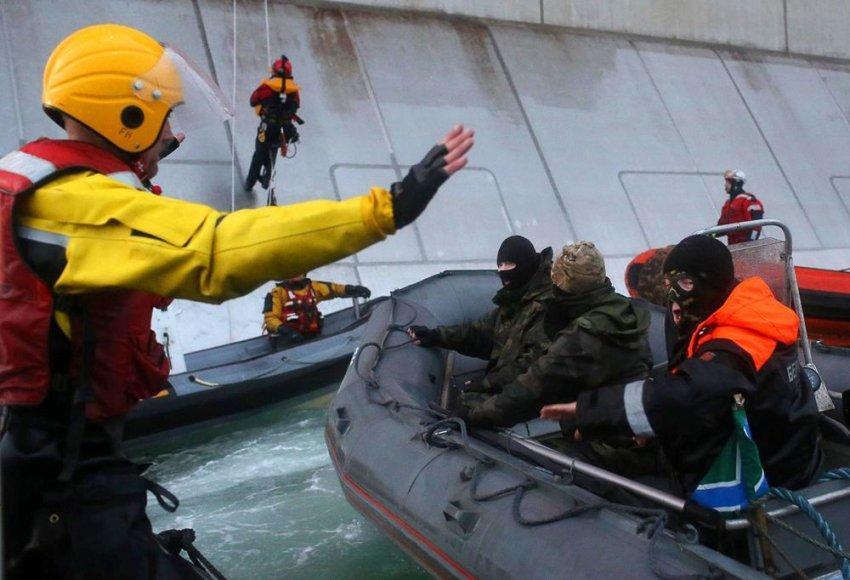 """Rusijos pareigūnai išsilaipino """"Greenpeace"""" laive Arktyje."""