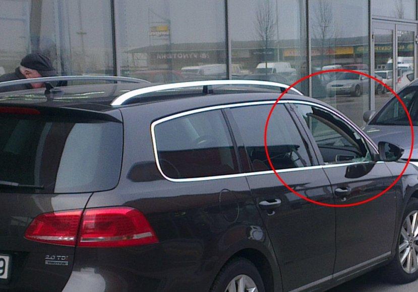 """Išplėštas """"VW Passat"""" automobilis Šiaurės miestelyje prie prekybos centro."""