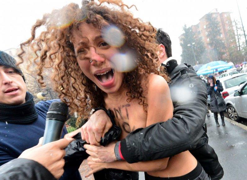 Iki pusės nuogos feministės puolė prie buvusio Italijos premjero Silvio Berlusconi.
