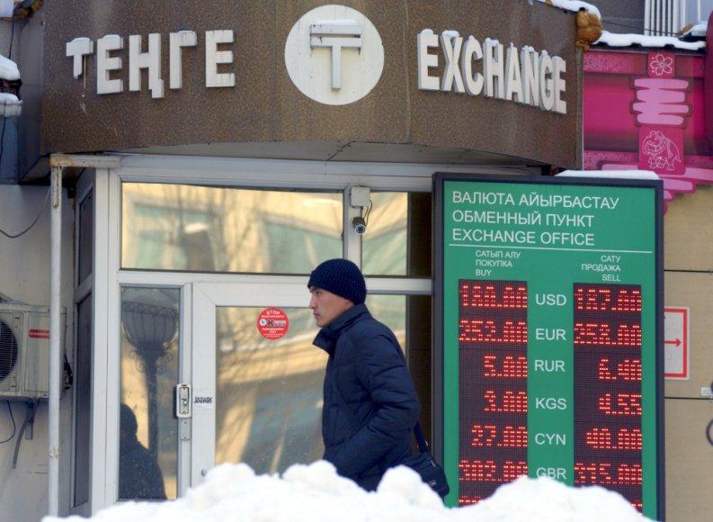 Kazachstano Tengės kursas dolerio atžvilgiu sumažintas 19 proc.