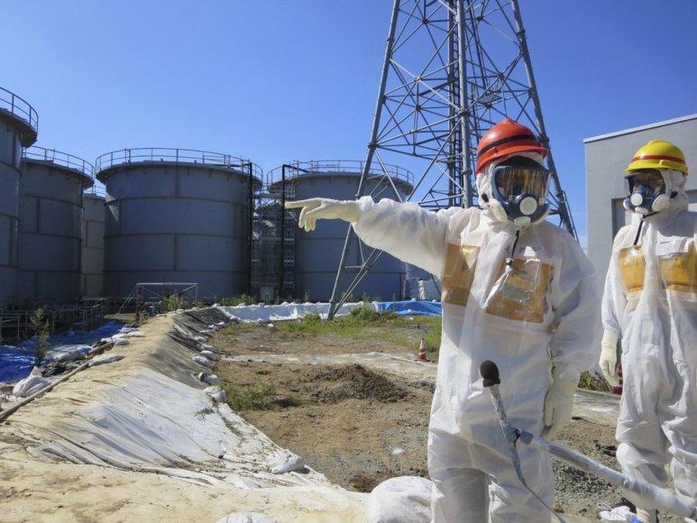 Darbuotojai prie radioaktyvaus vandens saugyklų.