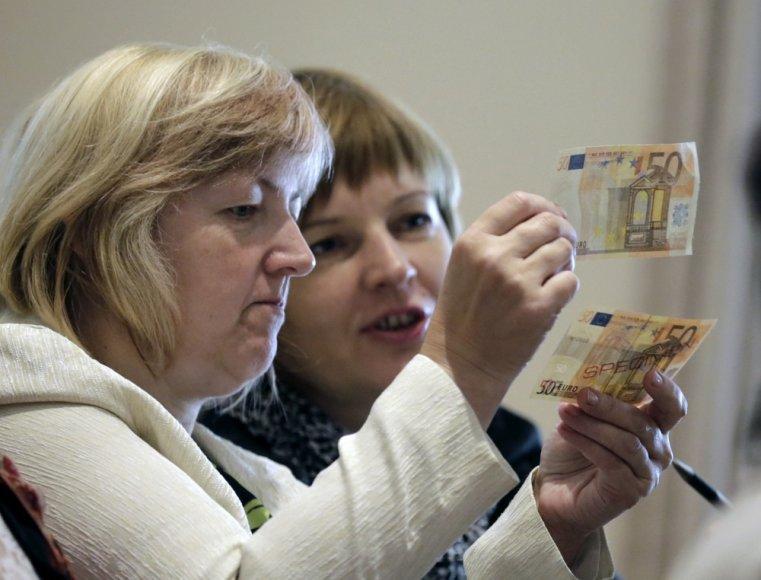 Žmonės mokosi atpažinti padirbtus eurus