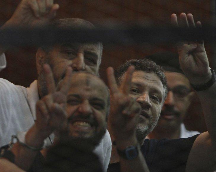 """""""Musulmonų brolijos"""" atstovai per teismo posėdį Kaire"""