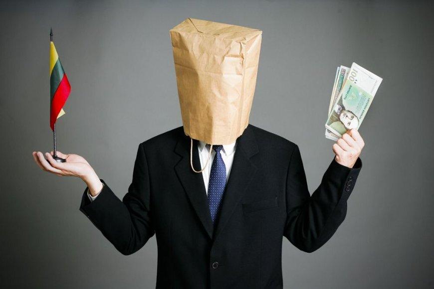Vyras su maišu ant galvos laiko Lietuvos vėliavėlę ir pinigus