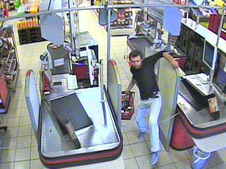 Vaizdo kameros užfiksavo alkoholį iš parduotuvės nukniaukusį ilgapirštį