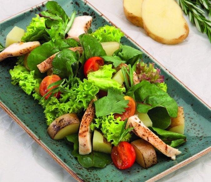 Vištienos salotos su šviežiomis keptomis bulvytėmis