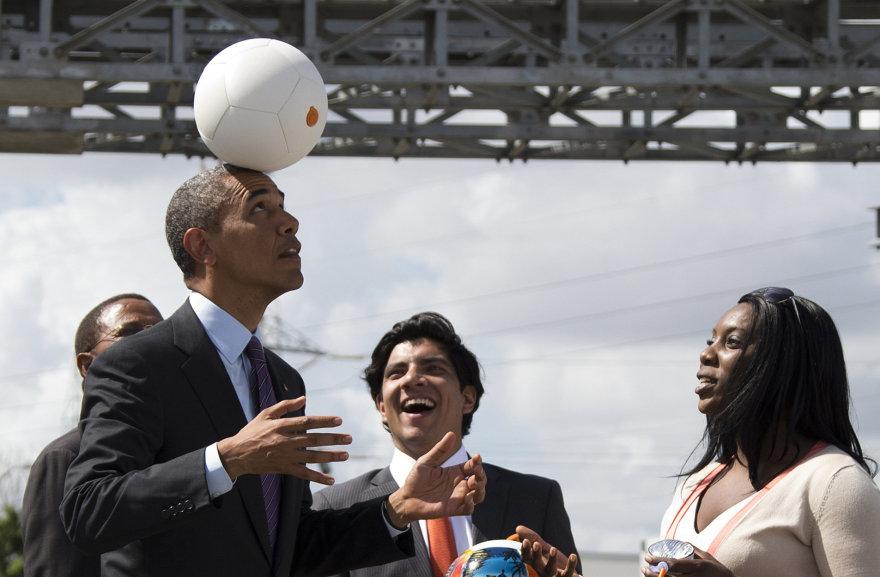 "Barackas Obama išbando elektrą gaminantį futbolo kamuolį ""Soccket"""