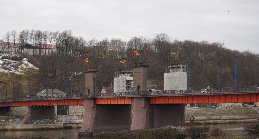 Nuo tilto Kaune nuimta paskutinė plokštė su sovietine simbolika