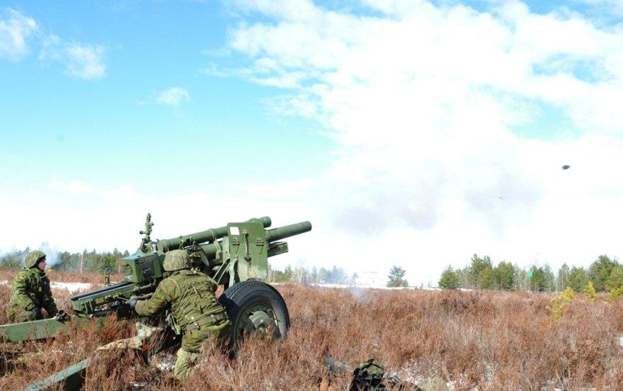 Pabradės poligone griaudės artilerijos pabūklai