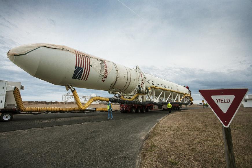 """Kompanijos """"Orbital"""" kosminis laivas """"Cygnus"""" prieš startą"""