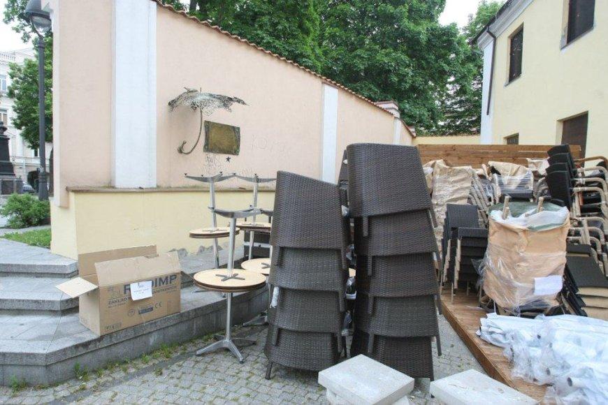 Pasigirdo kalbų, kad lauko kavinė prie Šv.Kotrynos bažnyčios įrenginėjama neteisėtai.