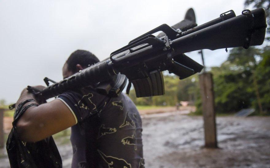 Buvęs FARC sukilėlis su ginklais