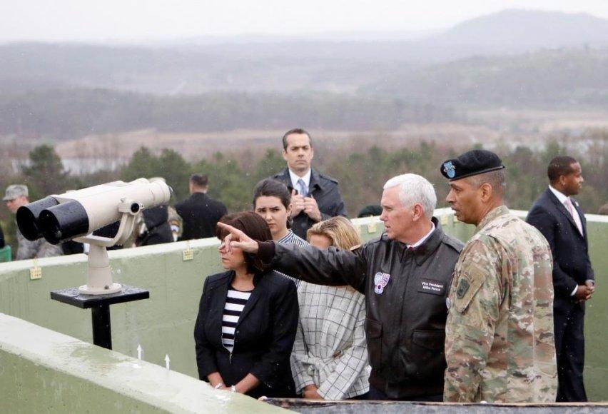 """""""Reuters""""/""""Scanpix"""" nuotr./JAV viceprezidentas Mike'as Pence'as lankėsi Pietų Korėjoje"""