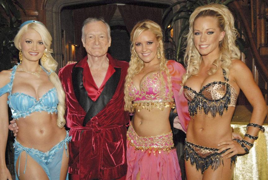 Iš kairės: Holly Madison, Hugh Hefneris, Bridget Marquardt ir Kendra Wilkinson (2005 m.)