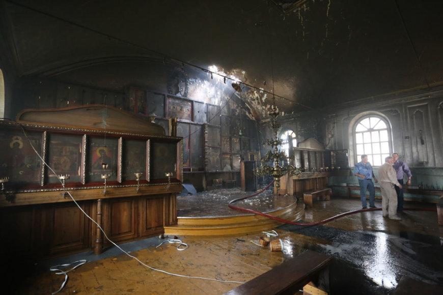 Kultūrinės vertybės nešamos iš degusios cerkvės