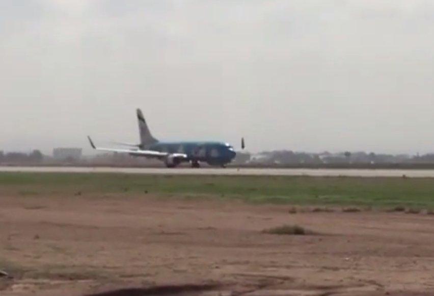 El -Al avialinijų lėktuvas oro uoste leidžiasi avariniu būdu