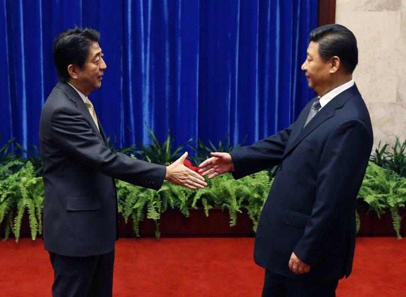 Japonijos premjeras Shinzo Abe (kairėje) su Kinijos prezidentu Xi Jinpingu