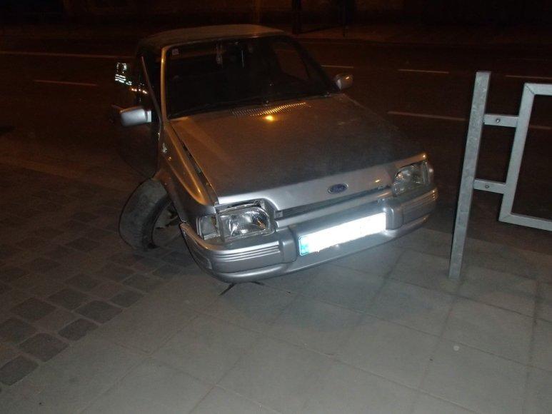 Kaune A.Juozapavičiaus prospekte vairuotojas trenkėsi į tvorą ir pabėgo