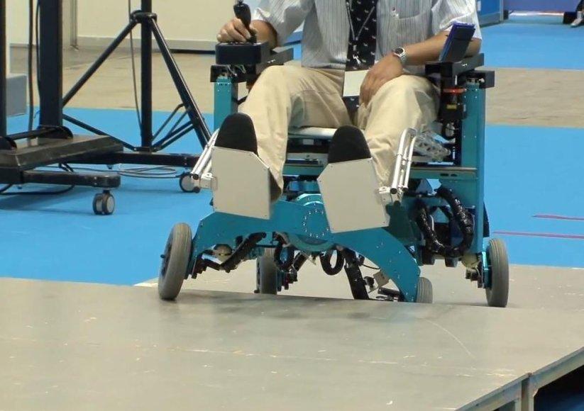 Robotizuotas neįgaliųjų vežimėlis gali užlipti laiptais, tarsi turėtų kojas.