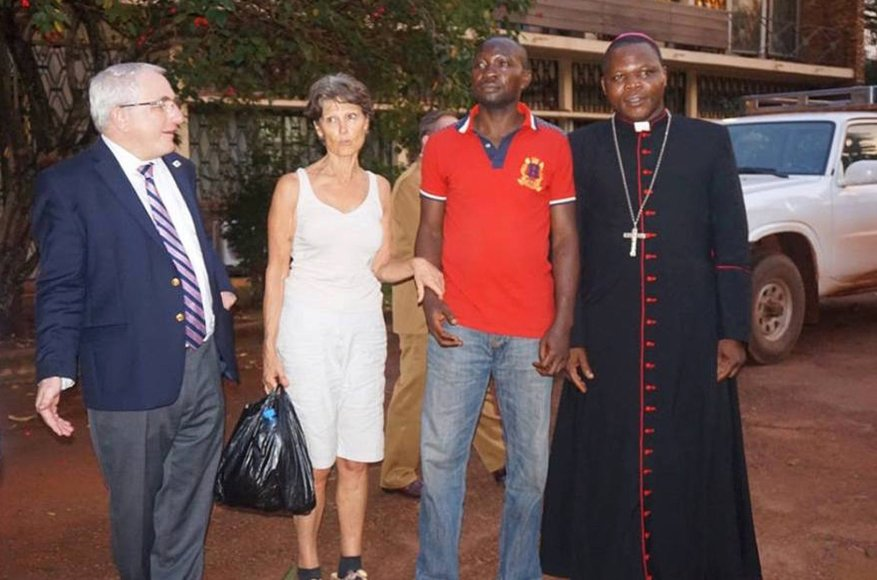 Paleista prancūzė Claudia Priest (antra kairėje)