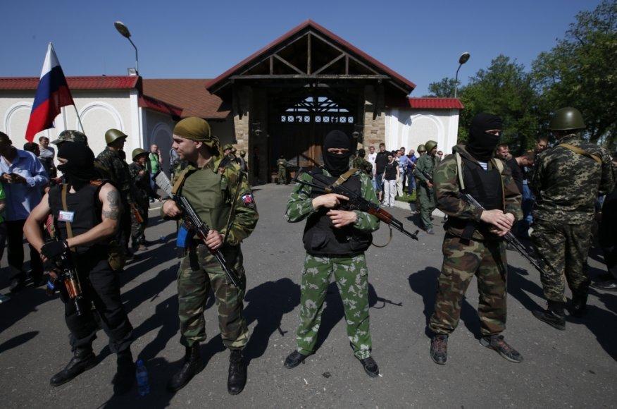 Ginkluoti separatistai prie Rinato Achmetovo namo Donecke