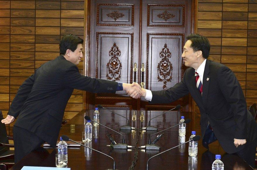 Šiaurės ir Pietų Korėjų derybininkai trečiadienį sutarė atnaujinti programą, leidžiančią susitikti 1950-1953 metų karo išskirtoms šeimoms
