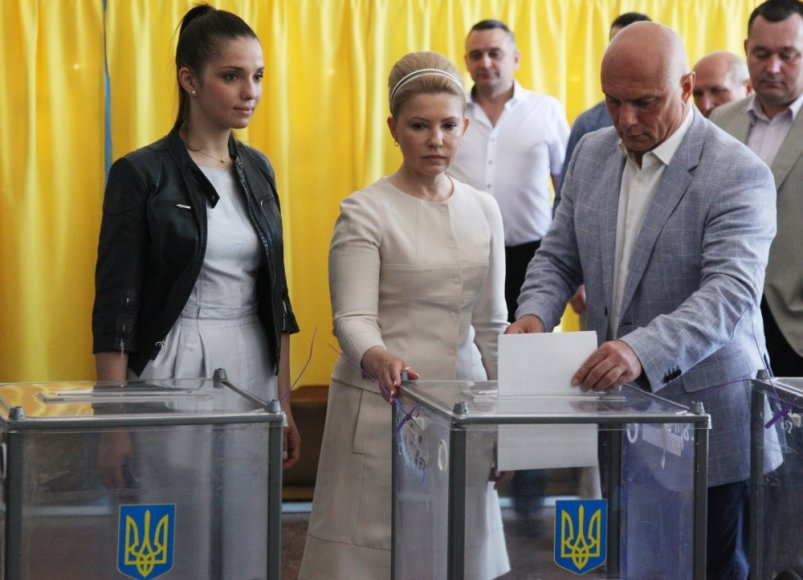 Dnipropetrovske savo balsą atiduoda Julija Tymošenko, jos dukra Jevhenija ir vyras Oleksandras