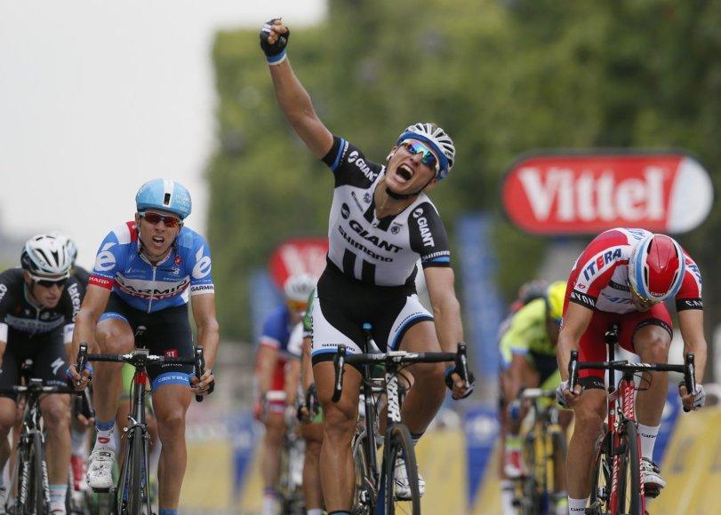 """Paskutinio """"Tour de France"""" etapo finišas – Ramūnas Navardauskas kairėje"""