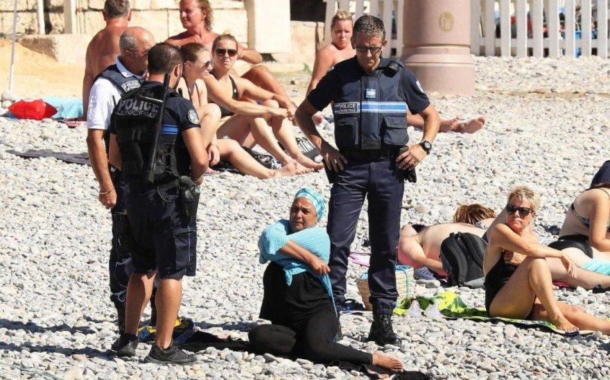 Policininkai apsupo burkinį apsirengusią moterį
