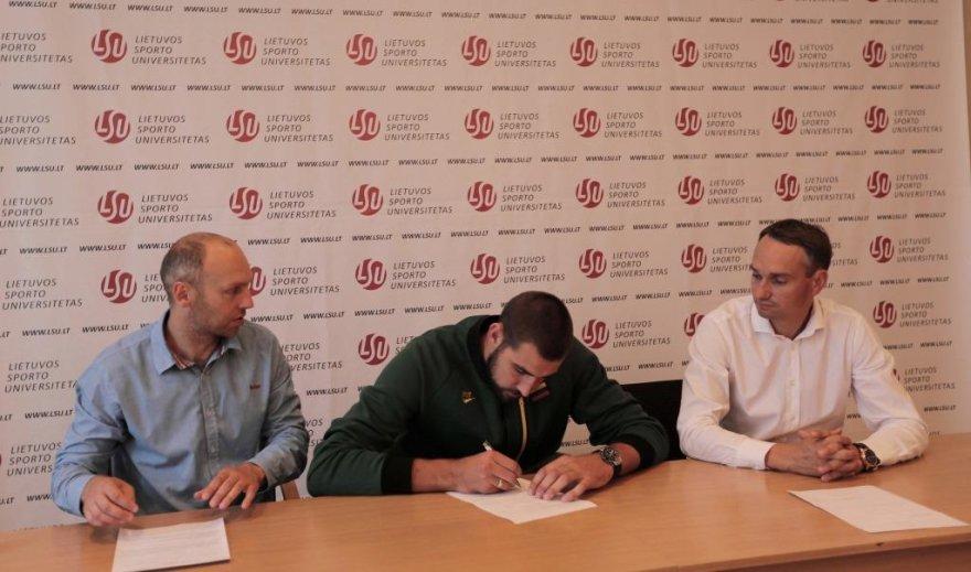 Jonas Valančiūnas (viduryje), Mindaugas Balčiūnas (dešineje) ir Nerijus Masiulis