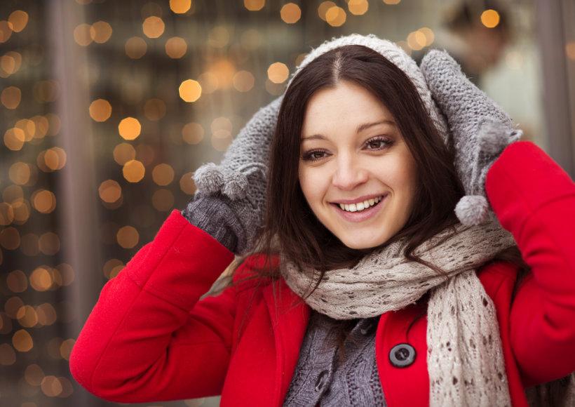 Mergina su paltu