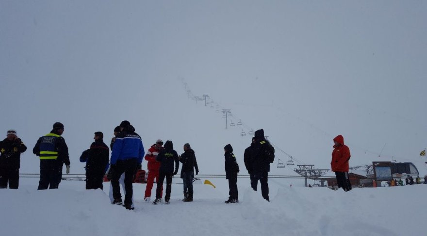 Spėjama, kad po sniegu atsidūrė iki 30 žmonių