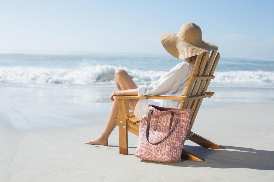Moteris paplūdimyje.