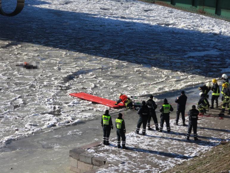 Vilniuje nuo tilto ant užšalusios upės nušoko moteris