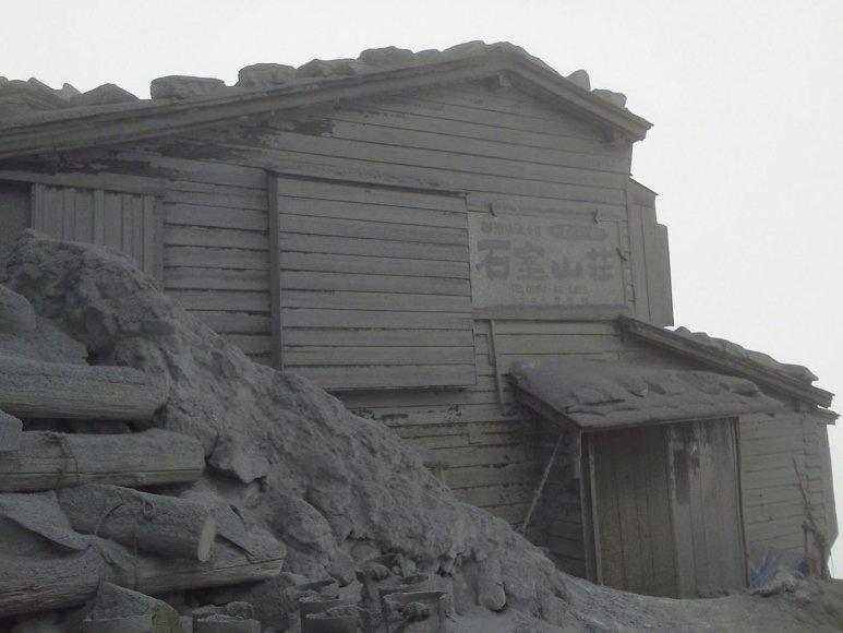 Pelenų sluoksniu padengtas pastatas ant Ontakės kalno